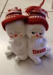 Schneekindpaar kuscheln